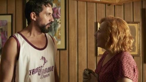 Manu Zapata_El cine (de estreno) fácil de leer_vivazapata.net_LA TRIBU_Paco León camiseta Baloncesto y Carmen Machi