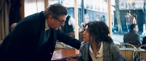 Manu Zapata_El cine (de estreno) fácil de leer_vivazapata.net_UNA RAZÓN BRILLANTE_Daniel Auteuil y Camélia Jordana cafetería