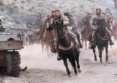 Manu Zapata_El cine (de estreno) fácil de leer_vivazapata.net_12 VALIENTES_Chris Hemsworth caballos 2