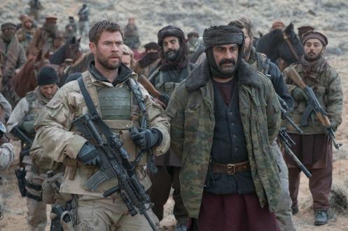 Manu Zapata_El cine (de estreno) fácil de leer_vivazapata.net_12 VALIENTES_Chris Hemsworth y Navid Negahban de frente