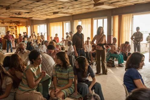 Manu Zapata_El cine (de estreno) fácil de leer_vivazapata.net_7 DÍAS EN ENTEBBE_Plano general con los rehenes