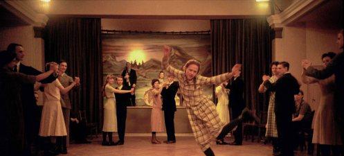 Manu Zapata_El cine (de estreno) fácil de leer_vivazapata.net_CONCIENDO A ASTRID_Alba August bailando