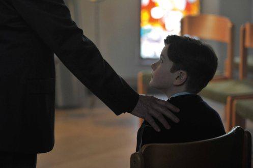 Manu Zapata_El cine (de estreno) fácil de leer_vivazapata.net_GRACIAS A DIOS_Niño y mano de cura
