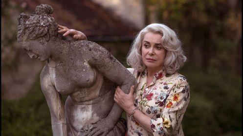 Manu Zapata_El cine (de estreno) fácil de leer_vivazapata.net_LA ÚLTIMA LOCURA DE CLAIRE DARLING_CATHERINE DENEUVE y una estatua