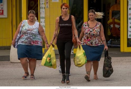 Manu Zapata_El cine (de estreno) fácil de leer_vivazapata.net_COMO PEZ FUERA DEL AGUA_Alessandra y Valentina Giudicessa y Paola Cortellesi