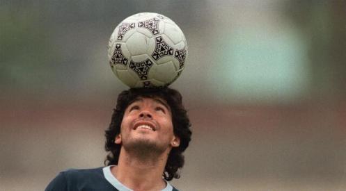 Manu Zapata_El cine (de estreno) fácil de leer_vivazapata.net_DIEGO MARADONA_Maradona con el balón en la cabeza