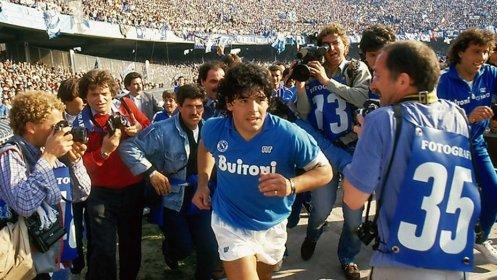 Manu Zapata_El cine (de estreno) fácil de leer_vivazapata.net_DIEGO MARADONA_Maradona en el Nápoles