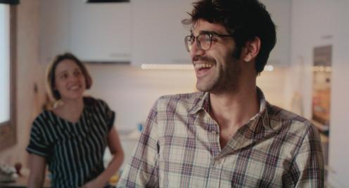 Manu Zapata_El cine (de estreno) fácil de leer_vivazapata.net_LOS DÍAS QUE VENDRÁN_David Verdaguer y María Rodríguez Soto risas