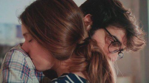 Manu Zapata_El cine (de estreno) fácil de leer_vivazapata.net_LOS DÍAS QUE VENDRÁN_MAría rodríguez Soto y David Verdaguer abrazo