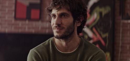 Quim Gutiérrez sonríe_Manu Zapata_El cine (de estreno) fácil de leer_vivazapata.net_LITUS
