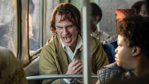 Joaquin Phoenix risa compulsiva_Manu Zapata_El cine (de estreno) fácil de leer_vivazapata.net_JOKER