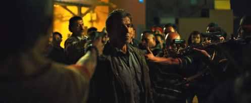 Sylvester Stallone rodeado_Manu Zapata_El cine (de estreno) fácil de leer_vivazapata.net_RAMBO LAST BLOOD