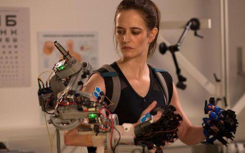 Eva Green brazo robótico_Manu Zapata_El cine (de estreno) fácil de leer_vivazapata.net_PRÓXIMA