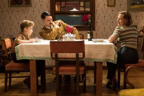 Roman Griffin Davis, Taika Waititi y Scarlett Johansson_Manu Zapata_El cine (de estreno) fácil de leer_vivazapata.net_JOJO RABBIT