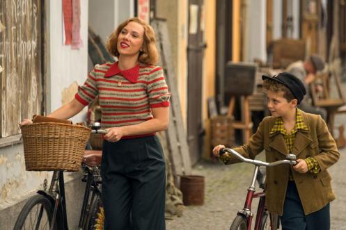 Scarlett Johansson y Roman Griffin Davis bicicleta_Manu Zapata_El cine (de estreno) fácil de leer_vivazapata.net_JOJO RABBIT