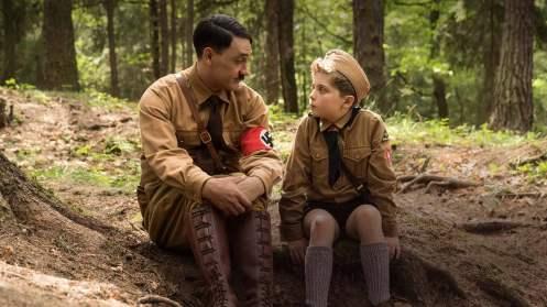 Taika Waititi y Roman Griffin Davis sentados_Manu Zapata_El cine (de estreno) fácil de leer_vivazapata.net_JOJO RABBIT